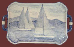 Vassoio in ceramica bianco-blu con vele