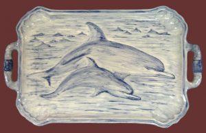 Vassoio in ceramica con delfini dipinti a mano