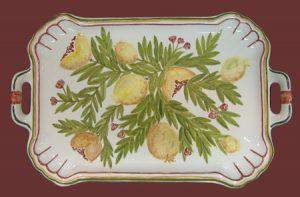 Vassoio in ceramica con manici dipinto a melograni