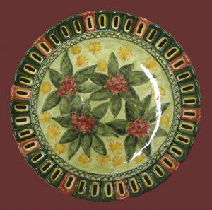 Piatto in ceramica con traforo e decorazione vegetale dipinto a mano