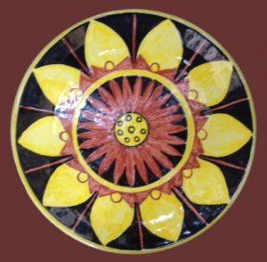 Piatto in ceramica con decoro geometrico floreale
