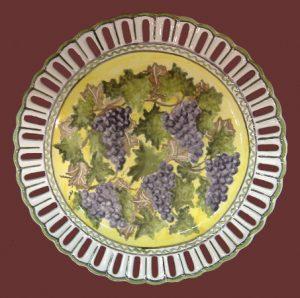Piatto traforato con uva dipinto a mano