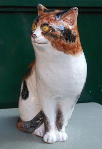 Gattino bianco con chiazze brune in ceramica