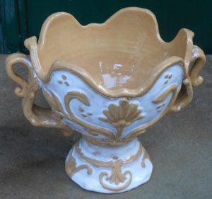 Coppa in ceramica con rilievo, stile antiquariato