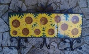 attaccapanni con piastrelle in ceramica dipinte con girasoli