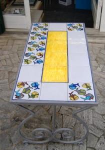 tavolo con piastrelle pesci, tavoli da giardino