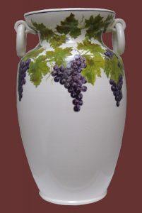 Vaso giara con manici e grappoli d'uva dipinti a mano
