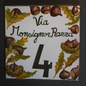 Piastrella autunnale con castagne e foglie, dipinta a mano per civico