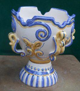 Vaso a coppa in ceramica con rilievo modellato a mano pezzo unico