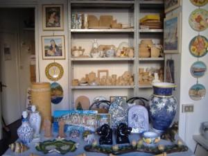 Interno negozio di ceramica