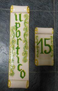Ceramica per ingresso villa a forma di pergamena