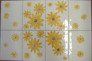 Piastrelle con fiori gialli