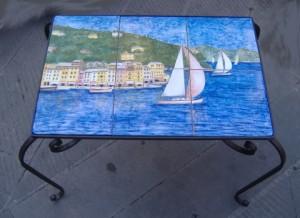 tavolino con piastrelle dipinte con Portofino