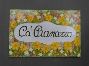 targa per villa con fiori realizzata a mano in un laboratorio di ceramica ligure