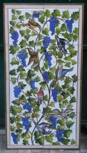 pannello di piastrelle dipinte, motivo con tralci d'uva e uccelli