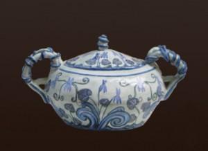 zuppiera in ceramica con violette