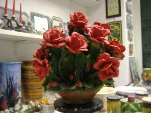 Grande cesto di rose in porcellana