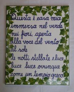 Piastrella con poesia e decorazione