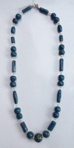 collana di piccole perle in ceramica blu