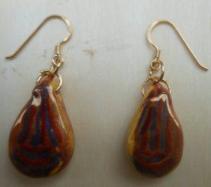 orecchini in ceramica con riflessi dorati