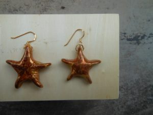 orecchini a stella in ceramica fatti a mano