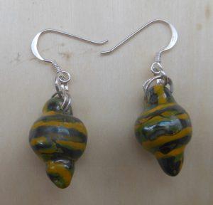 orecchini in ceramica a strisce verdi e gialle