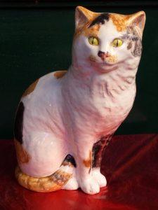 gatto in ceramica bianco a chiazze brune