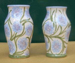 Vasetti per fiori fatti amano e dipinti