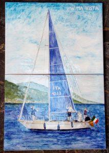 Barca a vela dipinta su ceramica