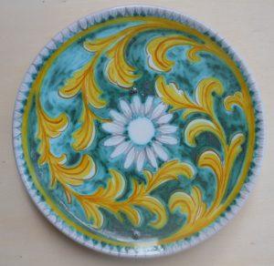Piatto in ceramica realizzato in un laboratorio artigianale