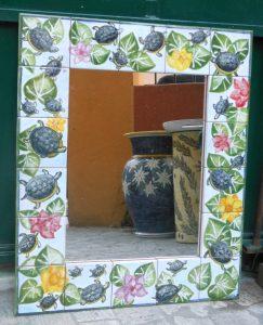 Specchio con cornice in ceramica