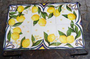 Tavolo in ceramica, piastrelle dipinte a mano con limoni