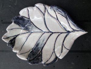 Contenitore a foglia in ceramica bianca e nera