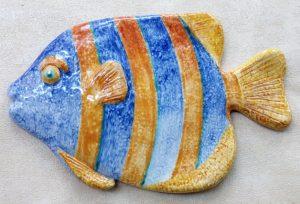 Pesce arancione e blu a strisce in ceramica