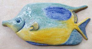Pesce giallo e azzurro in ceramica fatto a mano, da muro