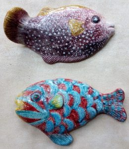 Pesci in ceramica a pezzo unico da appendere