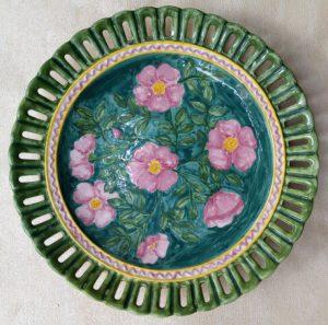 Piatto traforato dipinto a mano con fiori
