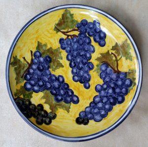 Piatto in ceramica dipinto a mano con uva