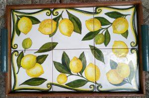 Vassoio di piastrelle dipinte a mano con limoni