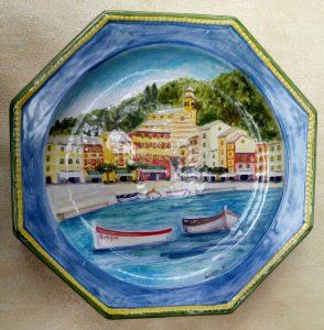 Piatto ottagonale con veduta di Portofino dipinto a mano