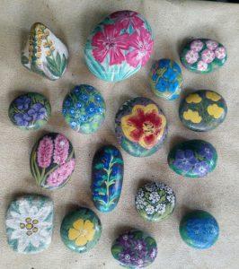 Sassi dipinti con fiori