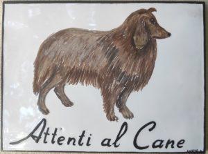 Piastrella dipinta a mano con attenti al cane