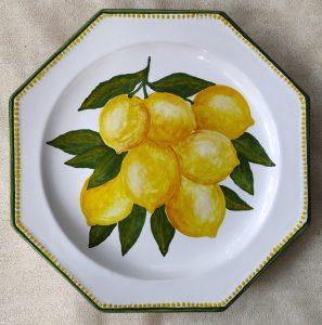 Piatto in ceramica dipinto a mano con limoni