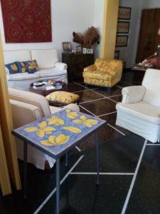 Tavolo con piastrelle per salotto