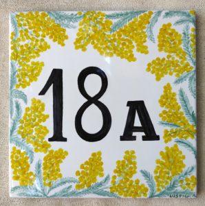 Numero civico con mimosa dipinto a mano