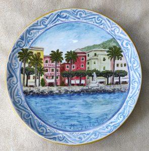 Piatto da muro in ceramica dipinto con veduta di S. Margherita L.