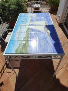 Tavolo di piastrelle con paesaggio marino