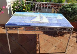 tavolo di piastrelle dipinte a mano