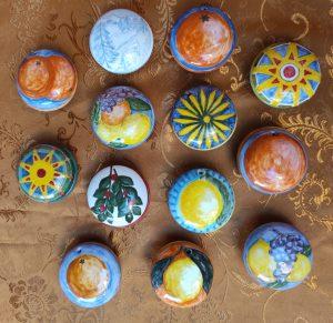 Scatoline tonde in ceramica dipinte a mano