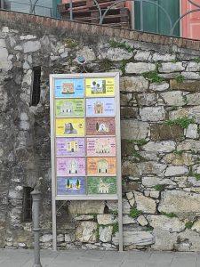 Cartello urbano in ceramica dei siti di interesse turistico